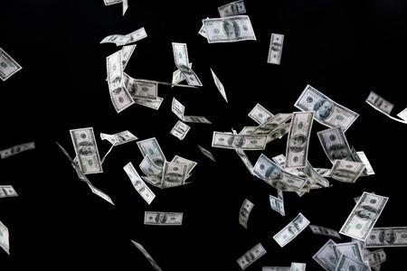 Wirtschaft, Finanzen, Abfall und Konzept - Nahaufnahme von uns fliegen Dollar Geld auf schwarzem Hintergrund