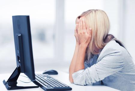 Gespannen zakenvrouw met computer op het werk