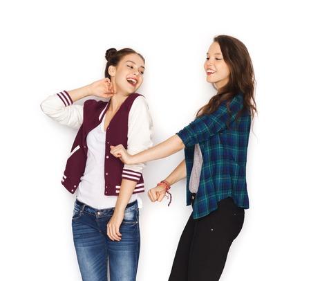 niñas sonriendo: personas, amigos, adolescentes y concepto de la amistad - feliz sonriente Adolescentes bonitos que bailan Foto de archivo