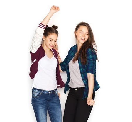 ragazze che ballano: people, friends, teens and friendship concept - happy smiling pretty teenage girls dancing Archivio Fotografico