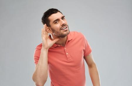 Geste und Menschen Konzept - Latin-Mann Hörproblem haben, um etwas zu hören Standard-Bild - 54859545
