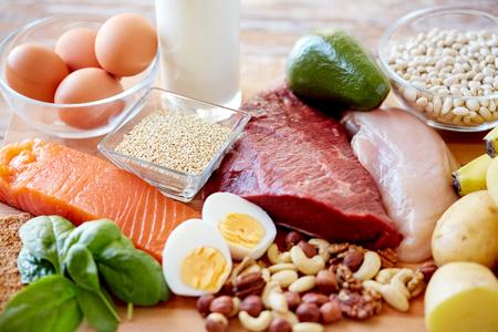 huevo: dieta equilibrada, cocinar, concepto culinario y comida - cerca de diferentes alimentos en la mesa
