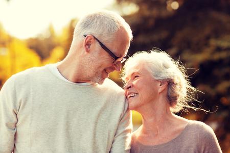 famille, l'âge, le tourisme, Voyage et les gens concept - couple de personnes âgées marchant dans le parc Banque d'images