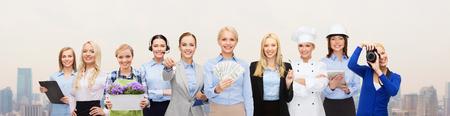 mensen, beroep, werkgelegenheid, beloning en de financiën concept - gelukkig zakenvrouw bedrijf dollar geld met een groep van professionele werkers over de stad achtergrond Stockfoto