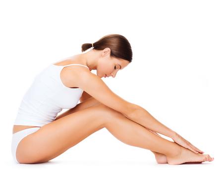cuerpo perfecto femenino: la salud, el deporte y el concepto de belleza - deportivo mujer en ropa interior de algodón que hace ejercicios Foto de archivo