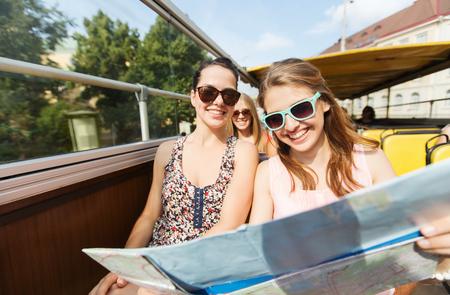 Los viajes, el turismo, las vacaciones de verano, visitas turísticas y la gente concepto - grupo de amigos sonrientes adolescentes en gafas de sol con el mapa de viaje por autobús turístico Foto de archivo - 57179616