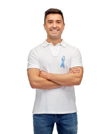 edad media: medicina, cuidado de la salud, el gesto y la gente concepto - hombre latino de mediana edad en la camiseta con el dedo la conciencia del c�ncer de pr�stata cinta azul apuntando a s� mismo