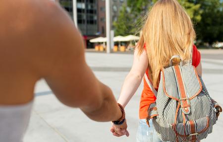 mochila de viaje: viajes, vacaciones de verano, el turismo y el concepto de amor - Primer plano de pareja con mochila en la ciudad