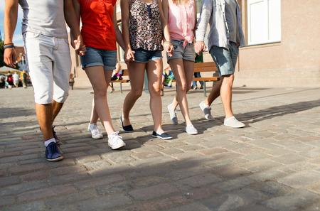 pied fille: amitié, Voyage, tourisme, vacances d'été et les gens concept - gros plan des amis adolescents à pied dans la ville
