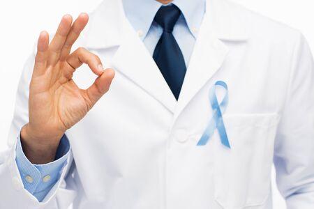 bata blanca: Salud, profesión, gente, gesto, y, Medicina, concepto, -, cierre, Arriba, macho, doctor, blanco, capa, cielo, azul, próstata,