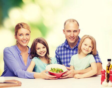 aceite de cocina: la comida, la familia, los niños, la felicidad y el concepto de la gente - familia feliz con dos niños con ensalada en el país Foto de archivo