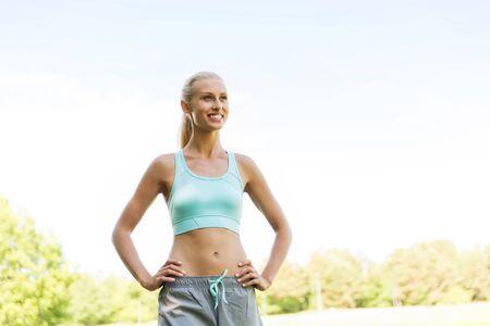fitness, deporte, la amistad y el concepto de estilo de vida saludable - mujer joven feliz que ejercita afuera