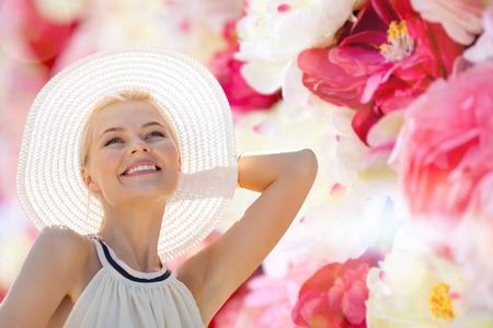mujer con rosas: la moda, la felicidad y el estilo de vida concepto - mujer hermosa en el sombrero que disfruta de verano al aire libre