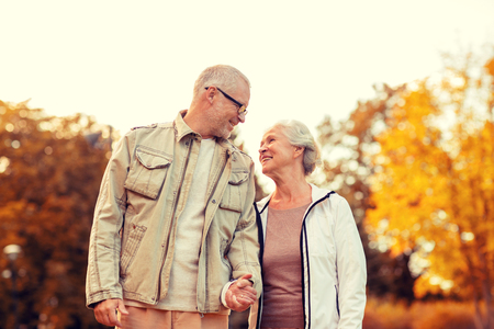 famille, l'âge, le tourisme, Voyage et les gens notion - couple de personnes âgées dans le parc