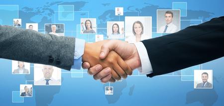 negocios y concepto de la oficina - hombre de negocios y empresaria agitando las manos