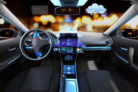 el transporte, el destino y la tecnología moderna concepto - el salón del automóvil con el sistema de navegación en el salpicadero y meteo sensor en el parabrisas durante la noche las luces de fondo Foto de archivo