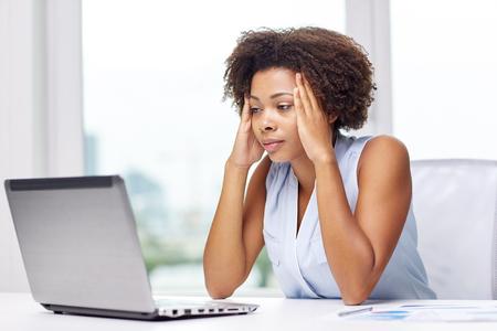 mujer decepcionada: educaci�n, los negocios, la tecnolog�a y el concepto fallar - africano americano de negocios o estudiante con ordenador port�til y documentos en la oficina