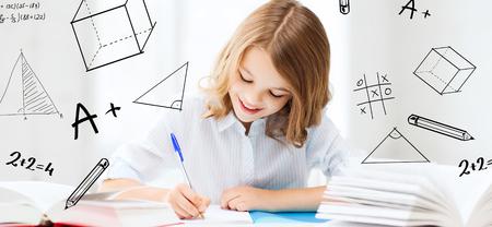 la educación y la escuela concepto - niña estudiante que estudia en la escuela