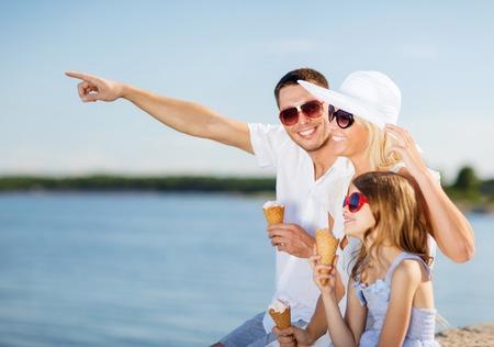 glückliche Familie Eis essen