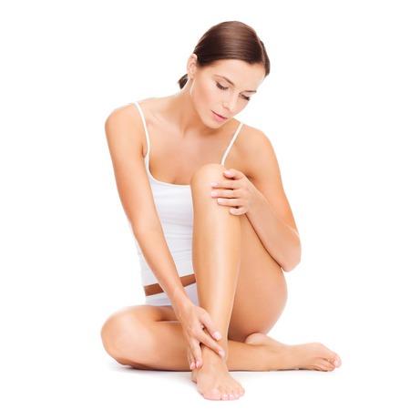belles jambes: belle femme en coton blanc sous-vêtements
