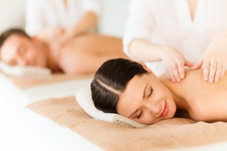 cuerpo humano: pareja en el salón del balneario que consigue masaje