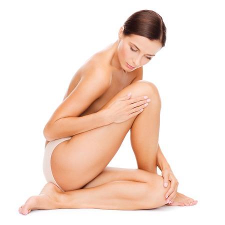 belles jambes: belle femme de toucher ses jambes Banque d'images
