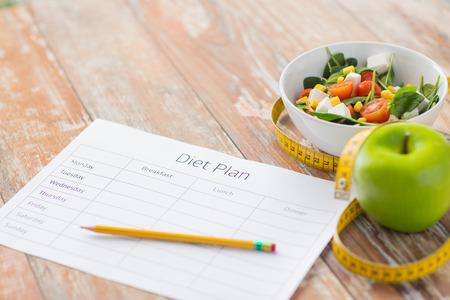 bliska plan diety papieru zielone jabłko, pomiar taśmy i sałatki
