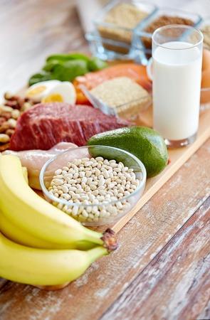 produits alimentaires: fermer des légumes, des fruits et des haricots sur la table en bois Banque d'images
