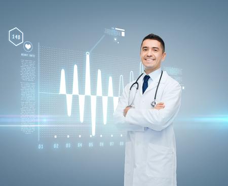 cuidado de la salud, la cardiología, la tecnología y la gente futuro y concepto de la medicina - sonriente a médico masculino en bata blanca con el cardiograma en la pantalla virtual sobre fondo gris