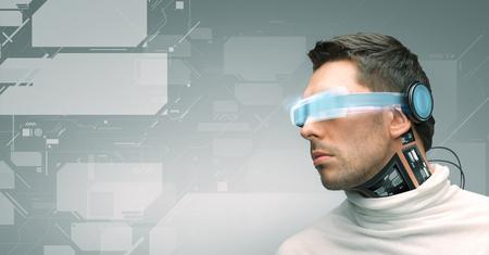Menschen, Technologie, Zukunft und Fortschritt - ein Mann mit futuristischen Brille und Mikrochip-Implantat oder Sensoren über grauem Hintergrund und virtuellen Bildschirmen
