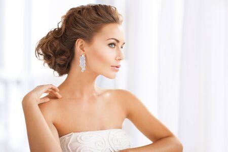 aretes: Cerca de la hermosa mujer que llevaba aretes de diamantes brillantes Foto de archivo
