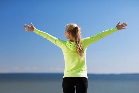 sport, fitness, lichaamsbeweging en lifestyle concept - vrouw doen sport buiten Stockfoto