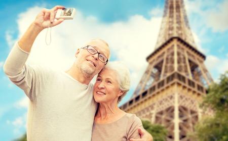 時代、観光、旅行、技術、人々 のコンセプト - 路上 selfie を引き継ぐエッフェル タワー背景のカメラでシニア カップル 写真素材