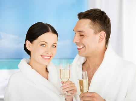 anniversario matrimonio: foto di coppia in spa salon in accappatoi bianchi con champagne