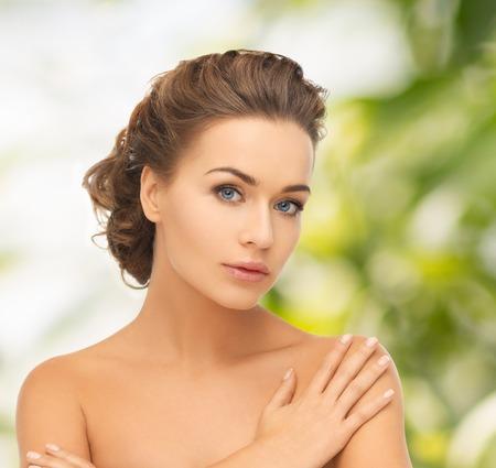 Santé et beauté notion - visage et les mains de la belle femme avec updo