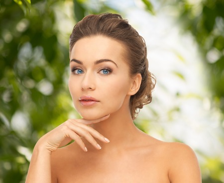 beauty, spa, eco cosmetica concept - mooie vrouw met lang haar