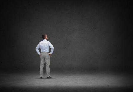personas pensando: negocio, la gente, la inspiración y el concepto de estrategia - el pensamiento de negocios sobre el fondo de hormigón habitación de la parte posterior