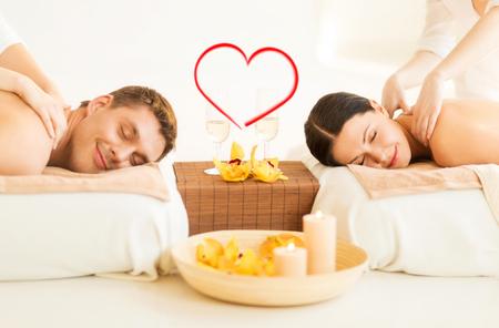 beleza: spa, beleza, amor e conceito da felicidade - casal sorrindo com velas, flores e ta�as de champanhe que come� a massagem no sal�o de beleza spa