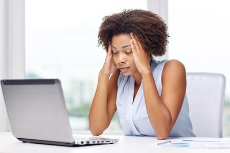 Bildung, Wirtschaft, scheitern und Technologie-Konzept - African American Geschäftsfrau oder Student mit Laptop-Computer und Papiere im Büro