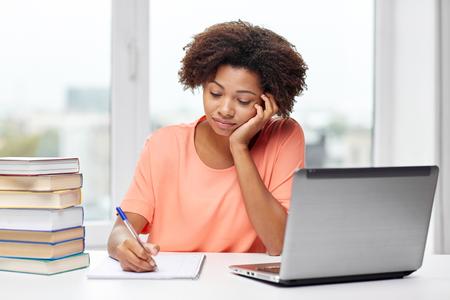 black girl: Ruhe, Schlaf, Komfort und Menschen Konzept - junge afrikanische Frau im Bett zu Hause Schlafzimmer aufzuwachen Lizenzfreie Bilder