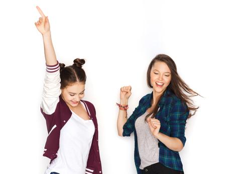 baile latino: personas, amigos, adolescentes y concepto de la amistad - feliz sonriente Adolescentes bonitos que bailan Foto de archivo