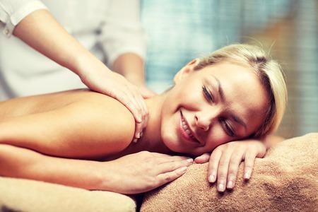 masajes relajacion: personas, belleza, spa, estilo de vida saludable y la relajación concepto - cerca de la hermosa mujer joven tendido con los ojos cerrados y con masaje de manos en el spa
