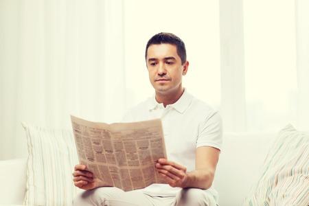 tempo libero, informazioni, persone e mass media concetto - uomo che legge il giornale a casa Archivio Fotografico