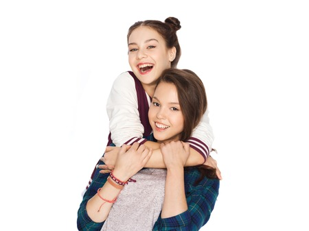 amigos abrazandose: people, friends, teens and friendship concept - happy smiling pretty teenage girls hugging