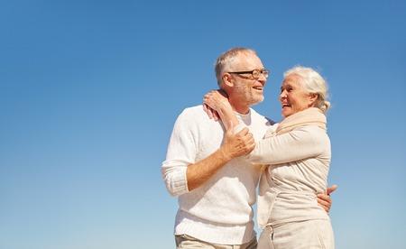 personas abrazadas: familia, el amor y el concepto de la gente - pareja feliz altos abrazando al aire libre Foto de archivo