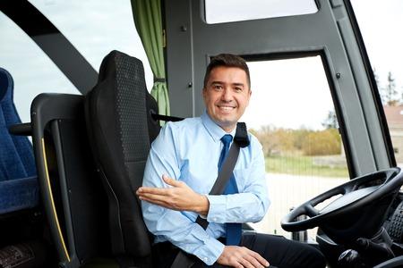 Transporte, turismo, viaje por carretera, el gesto y el concepto de la gente - feliz invitación conductor a bordo de los autobuses interurbanos Foto de archivo - 58626020