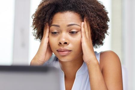 mujer decepcionada: educación, los negocios, la tecnología y el concepto fallar - africano americano de negocios o estudiante con ordenador portátil y documentos en la oficina