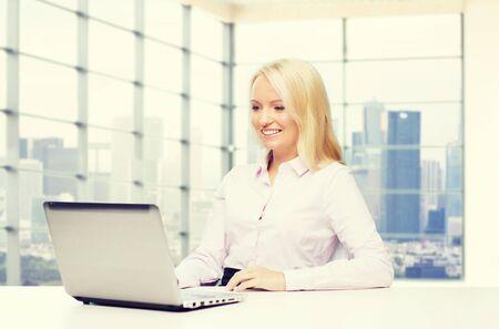 empleado de oficina: educación, los negocios y la tecnología concepto - la sonrisa de negocios con ordenador portátil más sala de la oficina con el fondo de la ciudad ventana de vista