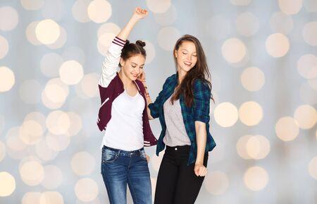 ragazze che ballano: la gente, divertimento, ragazzi e concetto di amicizia - felice sorridente piuttosto adolescenti ballare durante le vacanze luci di sfondo