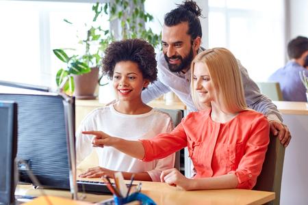 entreprises, le démarrage et les gens notion - heureux créative réseautage d'équipe avec l'ordinateur dans le bureau Banque d'images